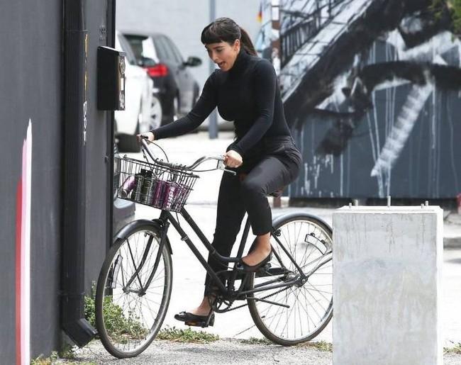 Cô Kim Kardashian bắt chước huyền thoại Audrey Hepburn đạp xe với vòng 3 sai sai và cái kết bất ngờ - Ảnh 4.