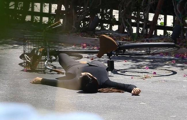 Cô Kim Kardashian bắt chước huyền thoại Audrey Hepburn đạp xe với vòng 3 sai sai và cái kết bất ngờ - Ảnh 5.
