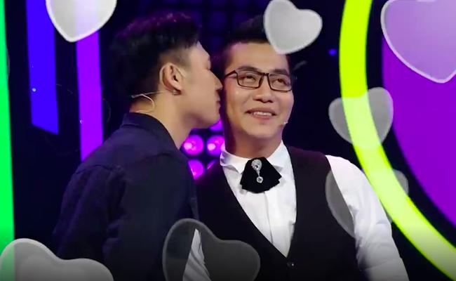 Khán giả sốc khi du học sinh điển trai lên truyền hình tìm bạn gái nhưng lại hôn đàn ông  - Ảnh 2.