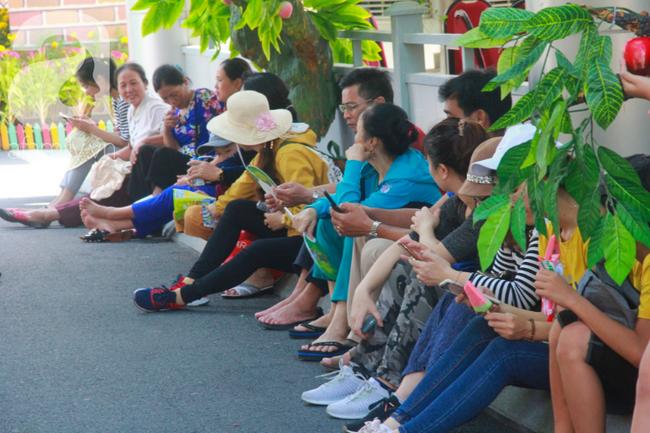 Người lớn ngủ gục, trẻ em nằm vắt vưởng khắp nơi ở Suối Tiên vì nắng nóng trong dịp Tết thiếu nhi 1/6 - Ảnh 10.