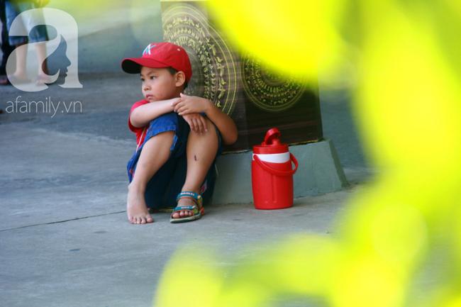 Người lớn ngủ gục, trẻ em nằm vắt vưởng khắp nơi ở Suối Tiên vì nắng nóng trong dịp Tết thiếu nhi 1/6 - Ảnh 11.