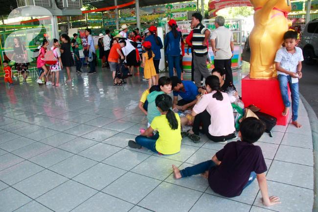 Người lớn ngủ gục, trẻ em nằm vắt vưởng khắp nơi ở Suối Tiên vì nắng nóng trong dịp Tết thiếu nhi 1/6 - Ảnh 8.