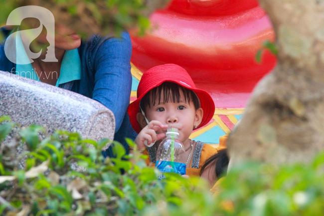 Người lớn ngủ gục, trẻ em nằm vắt vưởng khắp nơi ở Suối Tiên vì nắng nóng trong dịp Tết thiếu nhi 1/6 - Ảnh 12.