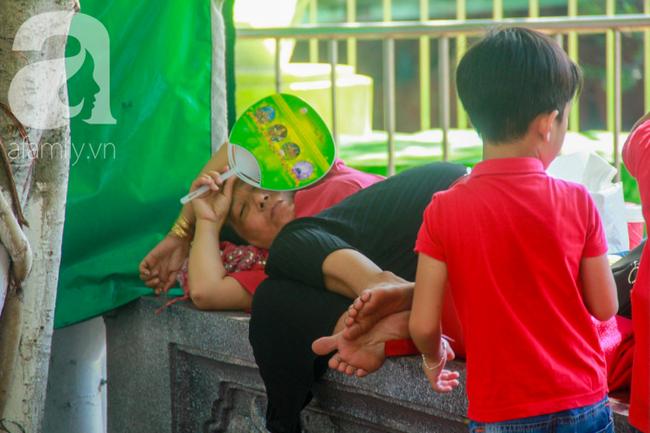 Người lớn ngủ gục, trẻ em nằm vắt vưởng khắp nơi ở Suối Tiên vì nắng nóng trong dịp Tết thiếu nhi 1/6 - Ảnh 16.