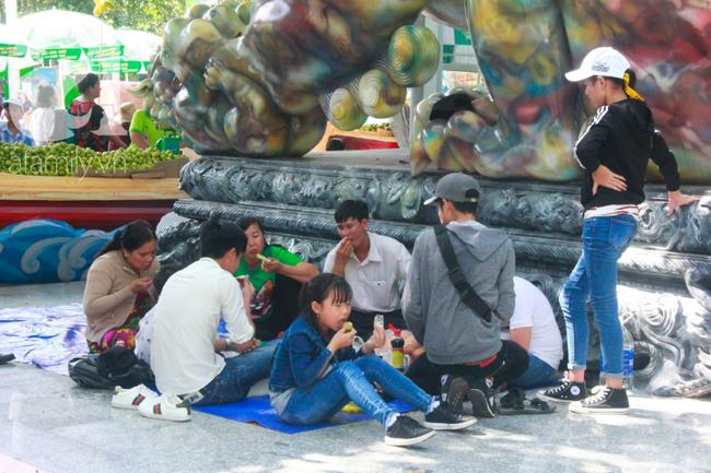 Người lớn ngủ gục, trẻ em nằm vắt vưởng khắp nơi ở Suối Tiên vì nắng nóng trong dịp Tết thiếu nhi 1/6 - Ảnh 19.