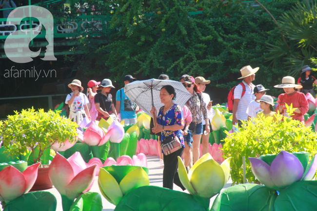 Người lớn ngủ gục, trẻ em nằm vắt vưởng khắp nơi ở Suối Tiên vì nắng nóng trong dịp Tết thiếu nhi 1/6 - Ảnh 6.
