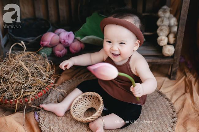 """Giữa """"cơn bão"""" tranh cãi về trào lưu chụp ảnh ở hồ sen, bộ ảnh em bé với hoa sen trong trẻo khiến các mẹ mê mẩn - Ảnh 3."""