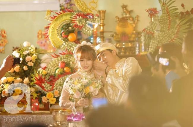 """Hot youtuber Cris Phan chính thức lên xe hoa, đám cưới đã """"siêu to, siêu khổng lồ"""" mặt chú rể còn biểu cảm như đang livestream thế này - Ảnh 6."""