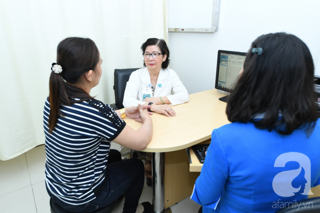 Chuyên gia Khoa Da liễu - Thẩm mỹ da BV ĐHYD đang thăm khám cho người bệnh 3