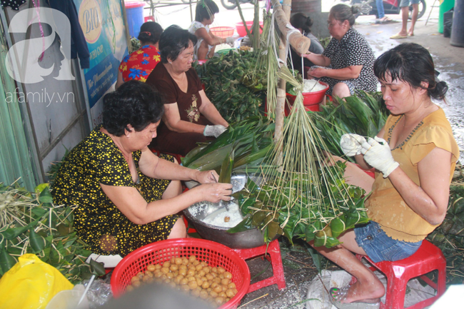 Xóm bánh ú tro lừng danh nửa thế kí ở Sài Gòn, đỏ lửa 5 ngày đêm nấu bánh dịp Tết Đoan Ngọ - Ảnh 1.