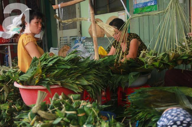 Xóm bánh ú tro lừng danh nửa thế kí ở Sài Gòn, đỏ lửa 5 ngày đêm nấu bánh dịp Tết Đoan Ngọ - Ảnh 2.