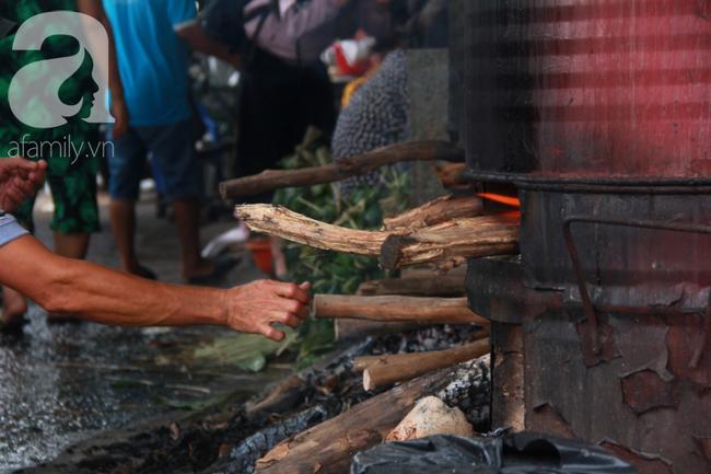 Xóm bánh ú tro lừng danh nửa thế kí ở Sài Gòn, đỏ lửa 5 ngày đêm nấu bánh dịp Tết Đoan Ngọ - Ảnh 12.