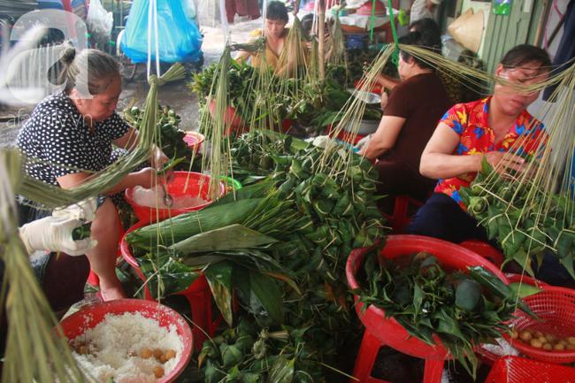 Xóm bánh ú tro lừng danh nửa thế kí ở Sài Gòn, đỏ lửa 5 ngày đêm nấu bánh dịp Tết Đoan Ngọ - Ảnh 10.