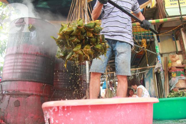Xóm bánh ú tro lừng danh nửa thế kí ở Sài Gòn, đỏ lửa 5 ngày đêm nấu bánh dịp Tết Đoan Ngọ - Ảnh 15.