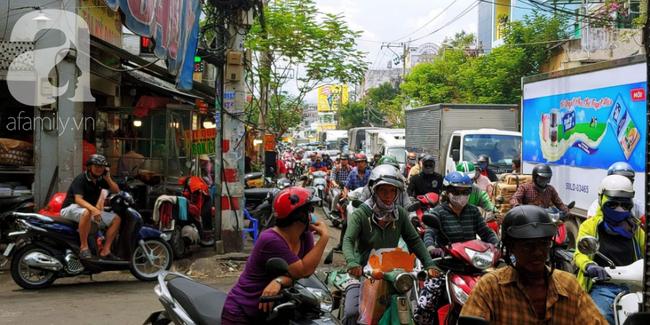Người dân xếp hàng rồng rắn mua heo, vịt quay ăn Tết Đoan Ngọ, đường TP.HCM kẹt xe kinh hoàng - Ảnh 6.