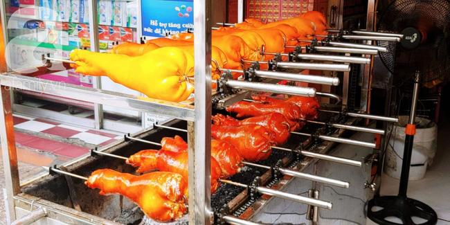 Người dân xếp hàng rồng rắn mua heo, vịt quay ăn Tết Đoan Ngọ, đường TP.HCM kẹt xe kinh hoàng - Ảnh 7.