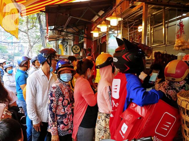 Người dân xếp hàng rồng rắn mua heo, vịt quay ăn Tết Đoan Ngọ, đường TP.HCM kẹt xe kinh hoàng - Ảnh 12.