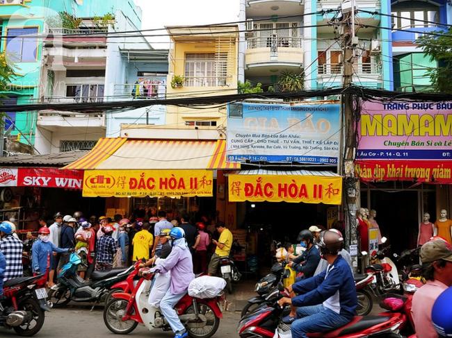 Người dân xếp hàng rồng rắn mua heo, vịt quay ăn Tết Đoan Ngọ, đường TP.HCM kẹt xe kinh hoàng - Ảnh 2.