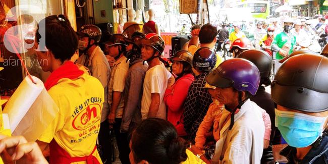 Người dân xếp hàng rồng rắn mua heo, vịt quay ăn Tết Đoan Ngọ, đường TP.HCM kẹt xe kinh hoàng - Ảnh 3.