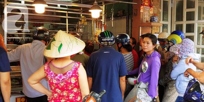 Người dân xếp hàng rồng rắn mua heo, vịt quay ăn Tết Đoan Ngọ, đường TP.HCM kẹt xe kinh hoàng - Ảnh 14.