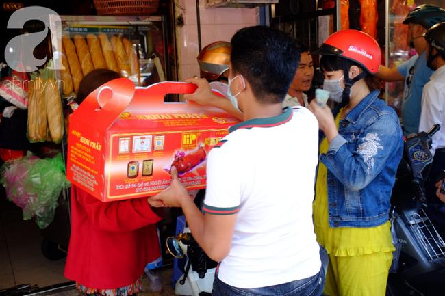 Người dân xếp hàng rồng rắn mua heo, vịt quay ăn Tết Đoan Ngọ, đường TP.HCM kẹt xe kinh hoàng - Ảnh 16.
