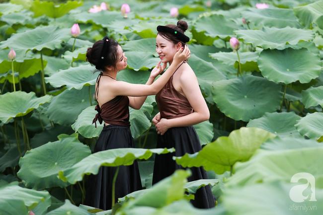 Một mùa sen nữa lại về, Hà Nội lại nhuộm hồng cánh hoa, tươi như thanh xuân của gái chưa chồng - Ảnh 8.