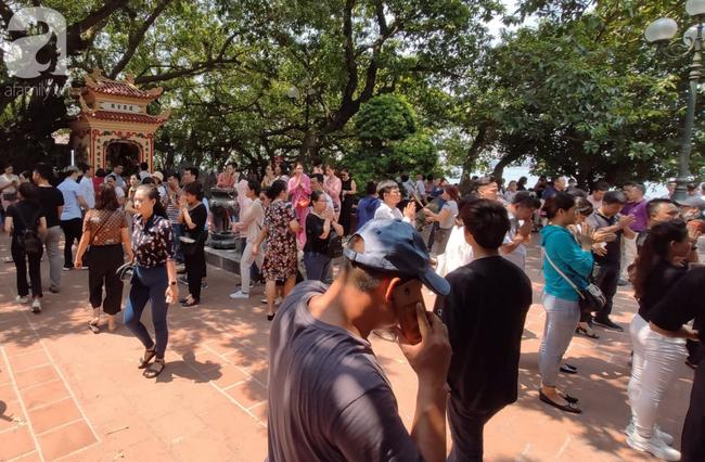 Rằm tháng 7 nhộn nhịp người cầu an tại Thủ đô Hà Nội, mặc cho trời nắng nóng vẫn nườm nượp tới chốn linh thiêng - Ảnh 13.