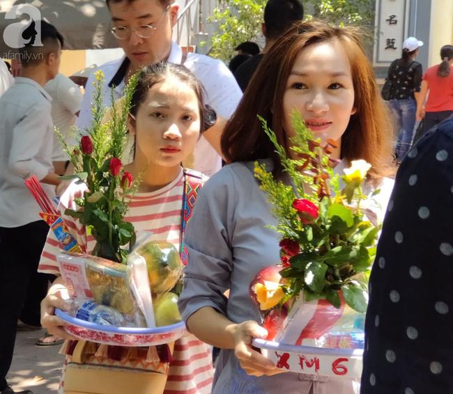 Rằm tháng 7 nhộn nhịp người cầu an tại Thủ đô Hà Nội, mặc cho trời nắng nóng vẫn nườm nượp tới chốn linh thiêng - Ảnh 15.