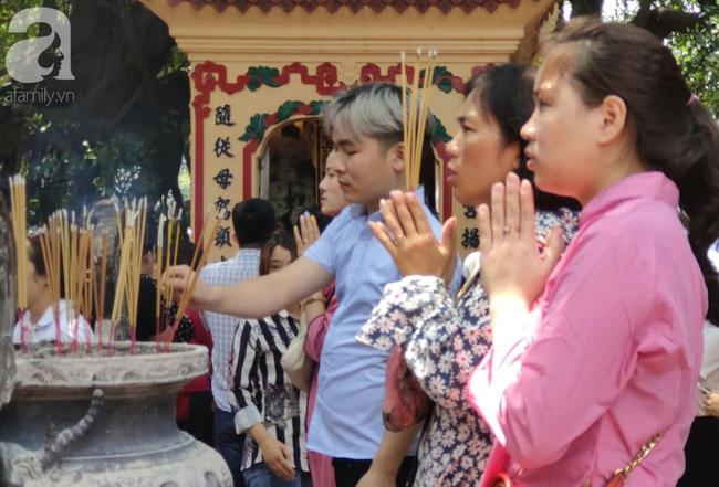 Rằm tháng 7 nhộn nhịp người cầu an tại Thủ đô Hà Nội, mặc cho trời nắng nóng vẫn nườm nượp tới chốn linh thiêng - Ảnh 16.