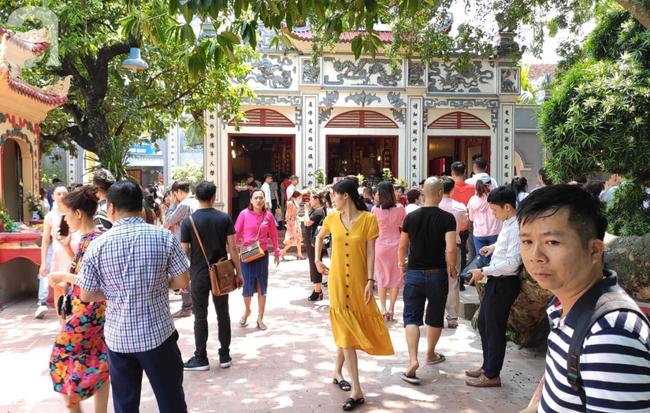 Rằm tháng 7 nhộn nhịp người cầu an tại Thủ đô Hà Nội, mặc cho trời nắng nóng vẫn nườm nượp tới chốn linh thiêng - Ảnh 12.