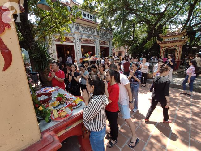 Rằm tháng 7 nhộn nhịp người cầu an tại Thủ đô Hà Nội, mặc cho trời nắng nóng vẫn nườm nượp tới chốn linh thiêng - Ảnh 17.