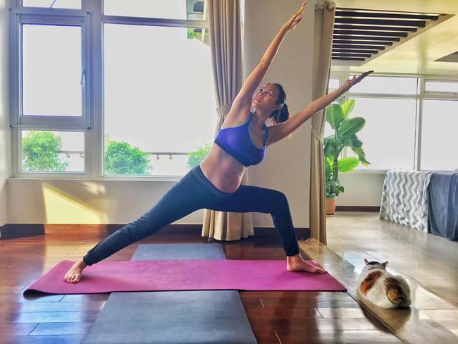 """MC Phương Mai xứng danh """"bà bầu táo bạo nhất"""" khi thực hiện động tác yoga cực khó ở tháng thứ 8 thai kỳ - Ảnh 3."""