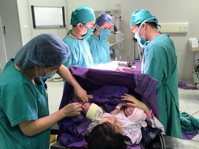 Ca sinh hiếm gặp cặp bé gái sinh đôi chào đời còn giữ nguyên cả bọc ối khi ra khỏi bụng mẹ - Ảnh 3.
