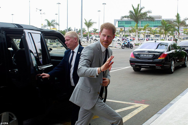 Meghan Markle một mình bế bé Archie ra sân bay, nhìn cách nàng dâu hoàng gia bế con ai cũng ngán ngẩm - Ảnh 4.