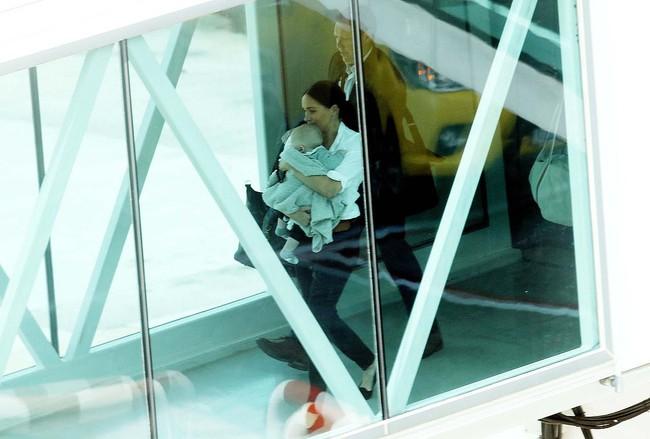 Meghan Markle một mình bế bé Archie ra sân bay, nhìn cách nàng dâu hoàng gia bế con ai cũng ngán ngẩm - Ảnh 1.