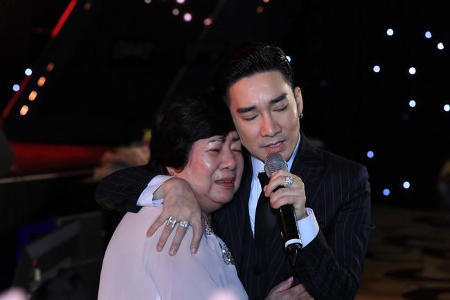 Quang Hà ôm mẹ khóc ngất sau sự cố cháy sân khấu, Đan Trường - Hoài Linh nói điều khiến ai cũng rơi nước mắt - Ảnh 3.