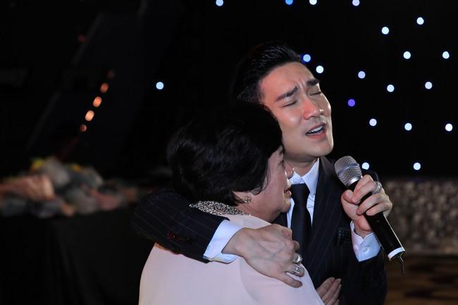 Quang Hà ôm mẹ khóc ngất sau sự cố cháy sân khấu, Đan Trường - Hoài Linh nói điều khiến ai cũng rơi nước mắt - Ảnh 4.