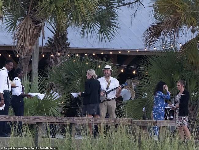 Đám cưới thế kỷ của Justin Bieber và Hailey Baldwin: Katy Perry và siêu mẫu Kendall Jenner đến dự hôn lễ bằng phi cơ riêng - Ảnh 12.