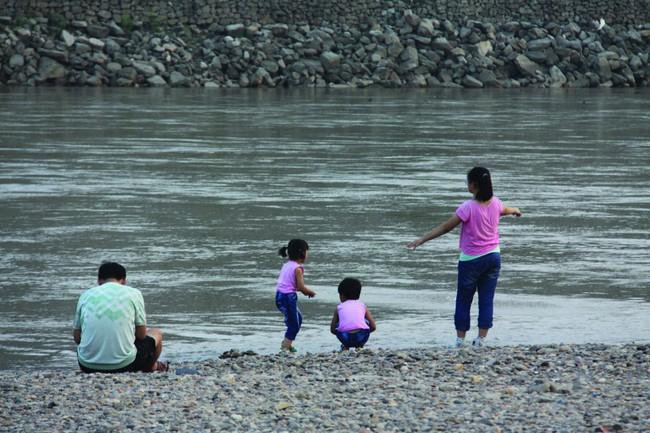 Bị chỉ trích dữ dội vì lao xuống nước cứu con mình mà không cứu đứa trẻ khác, ông bố nói một câu khiến mọi người nín lặng - Ảnh 1.