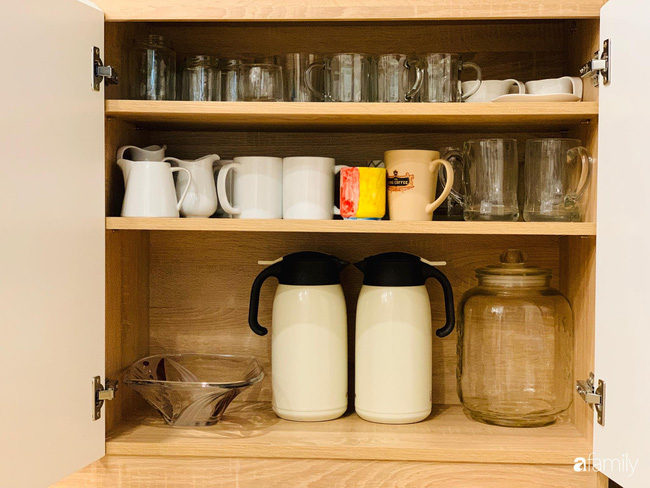 """Căn bếp """"hình vuông"""" đẹp và sang nhờ bí quyết """"cất giấu"""" đồ đạc khéo léo trong từng ngăn tủ của bà mẹ Hà Nội - Ảnh 19."""