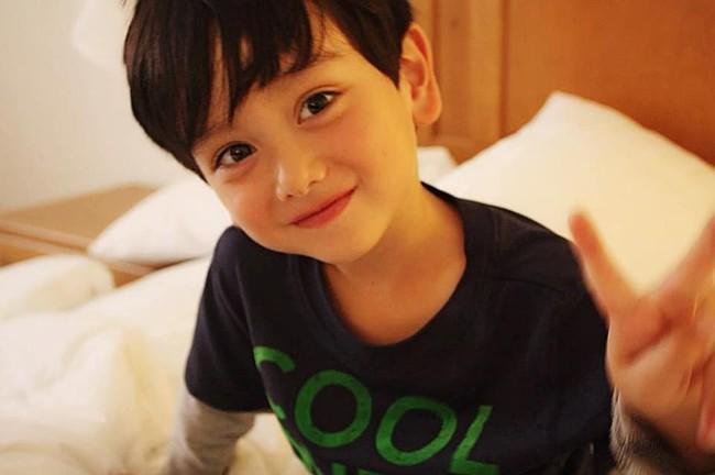 """Cậu bé lai Anh xinh như thiên thần, làm nhiều mẹ bỉm sữa """"ầm ầm"""" xin nhận làm con rể - Ảnh 2."""