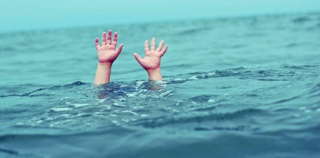 Bị chỉ trích dữ dội vì lao xuống nước cứu con mình mà không cứu đứa trẻ khác, ông bố nói một câu khiến mọi người nín lặng - Ảnh 2.