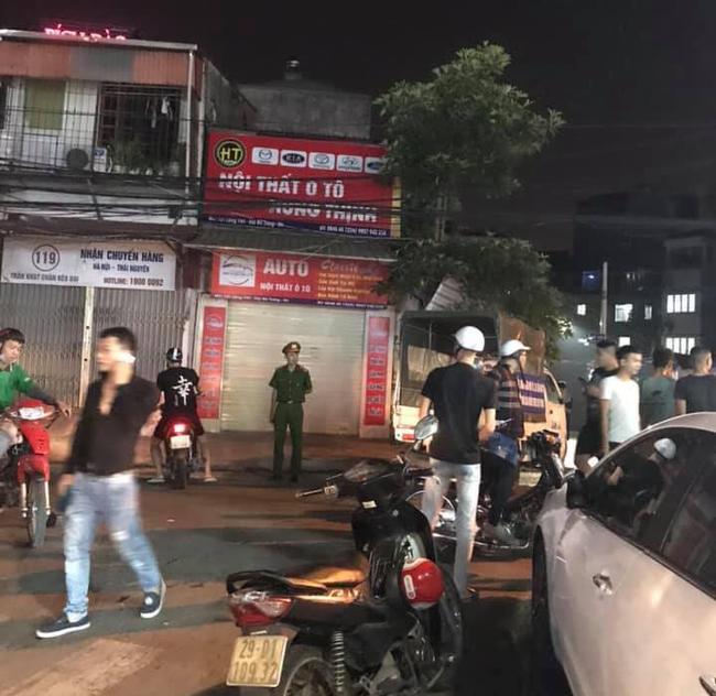 Hà Nội: Công an vào cuộc điều tra, xác minh nhóm thanh niên cầm hung khí hỗn chiến trong đêm - Ảnh 1.