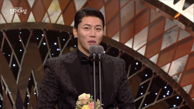 """Jang Nara bật khóc vì nhận giải thưởng lớn, phim của tài tử Kim Nam Gil đánh bại """"Vagabond"""" giành 8 cúp - Ảnh 4."""