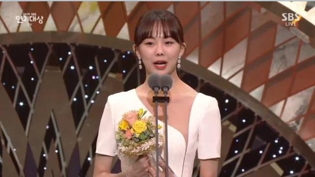 """Jang Nara bật khóc vì nhận giải thưởng lớn, phim của tài tử Kim Nam Gil đánh bại """"Vagabond"""" giành 8 cúp - Ảnh 3."""