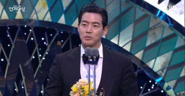 """Jang Nara bật khóc vì nhận giải thưởng lớn, phim của tài tử Kim Nam Gil đánh bại """"Vagabond"""" giành 8 cúp - Ảnh 6."""