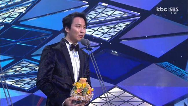 """Jang Nara bật khóc vì nhận giải thưởng lớn, phim của tài tử Kim Nam Gil đánh bại """"Vagabond"""" giành 8 cúp - Ảnh 2."""