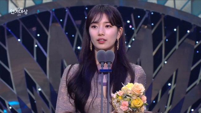 """Jang Nara bật khóc vì nhận giải thưởng lớn, phim của tài tử Kim Nam Gil đánh bại """"Vagabond"""" giành 8 cúp - Ảnh 8."""