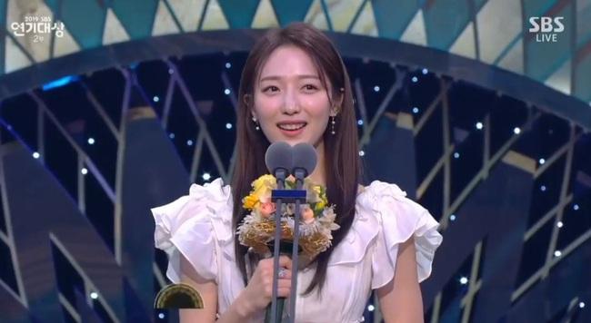 """Jang Nara bật khóc vì nhận giải thưởng lớn, phim của tài tử Kim Nam Gil đánh bại """"Vagabond"""" giành 8 cúp - Ảnh 7."""