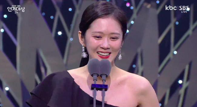 """Jang Nara bật khóc vì nhận giải thưởng lớn, phim của tài tử Kim Nam Gil đánh bại """"Vagabond"""" giành 8 cúp - Ảnh 5."""